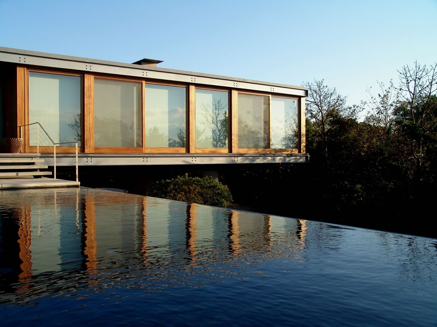 Amagansett, NY Modern Bay Residence Vanishing Edge Pool